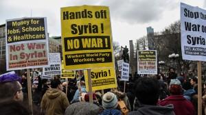 Participantes de la manifestación en Nueva York contra el ataque de EE.UU. a la base aérea siria de Shayrat, el 7 de abril de 2017.